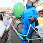6.211 comerciantes de los mercados atienden a domicilio en bicicleta