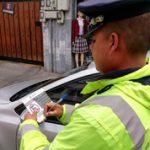 Sanción para vehículos mal estacionados a través de adhesivos.