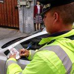 Tránsito controla vehículos mal estacionados